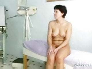 Mature woman Eva visits gyno doctor to succeed in gyno mature exam