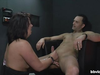 Mature unskilled drops above her knees to pleasure her horny male client