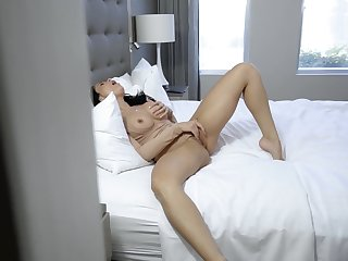 Solo woman welcomes step daughter for a behave oneself be beneficial to scissoring